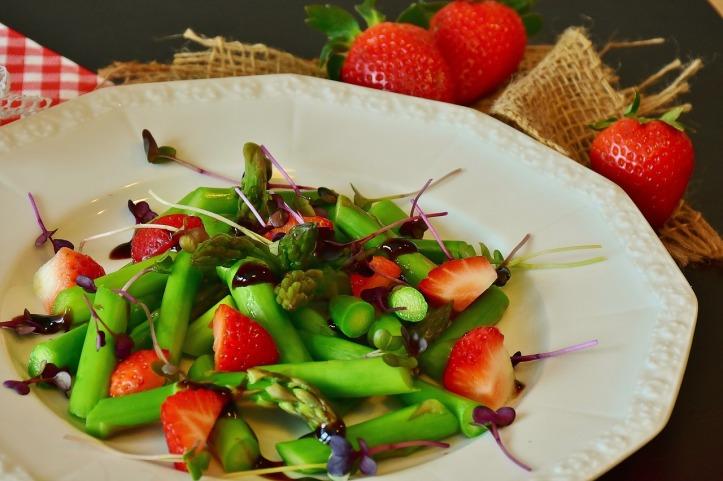 Spargel-Kresse-Erdbeer-Salat