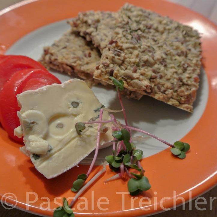 Dinkel Knäckebrot mit Nüssen und Samen Dazu Käse und Sprossen
